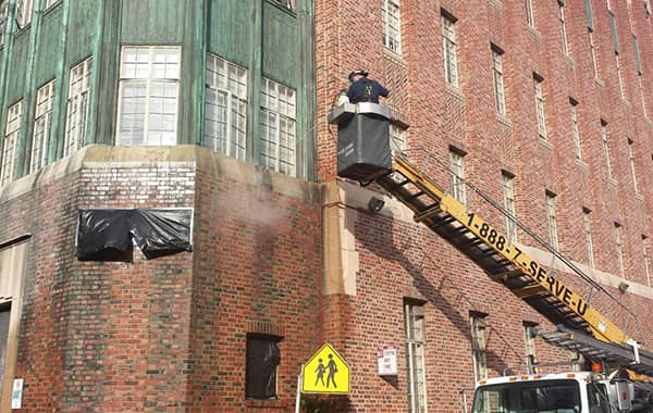 Pressure/steam cleaning the side of a building